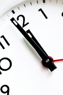 あと少しで12時になる時計