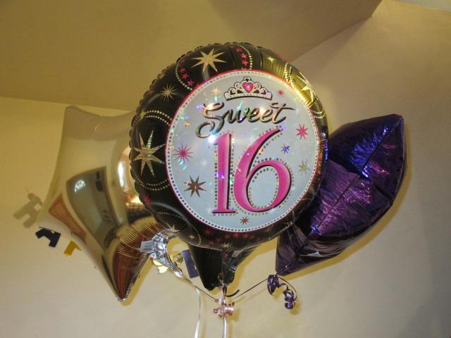 16と書かれた風船