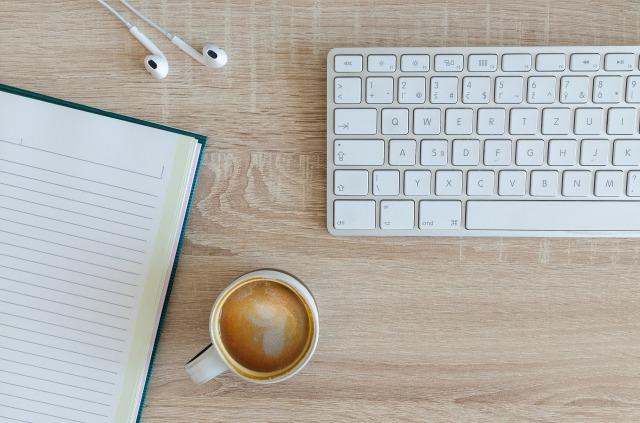 キーボードとノートとコーヒー