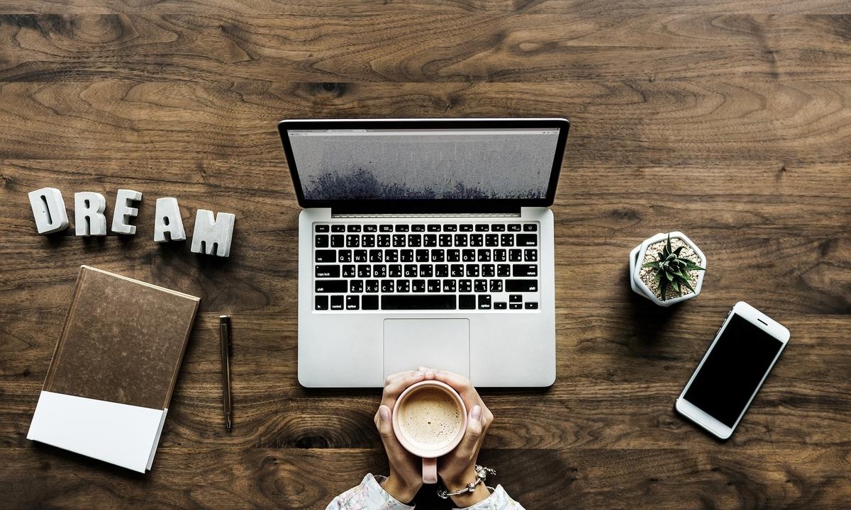 ノートパソコンとコーヒーとスマホ
