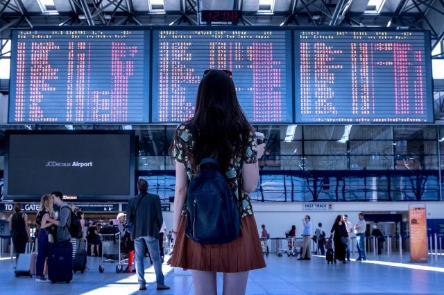 空港に佇む女性