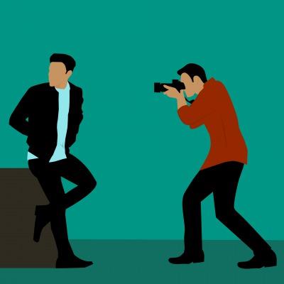 写真を撮る男性と撮られる男性