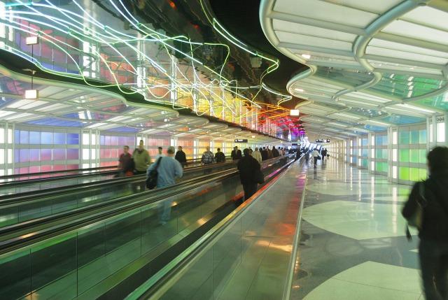 空港内の歩くエスカレーター