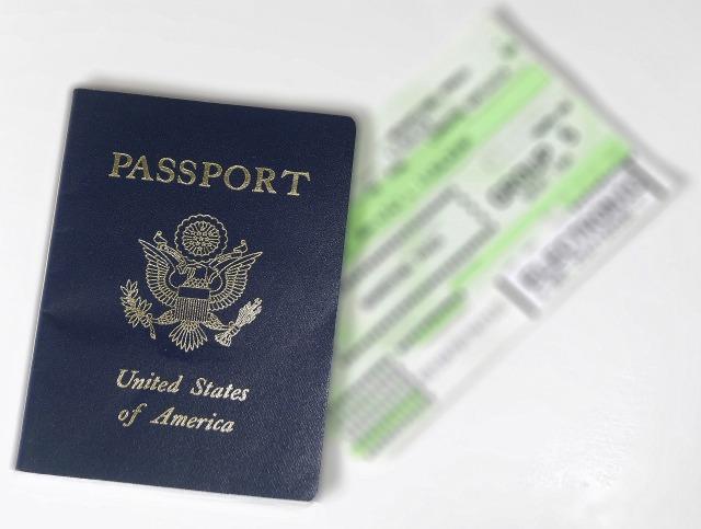 アメリカのパスポートと航空券