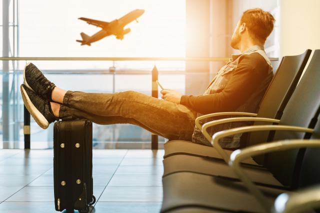 空港の椅子に座る男性