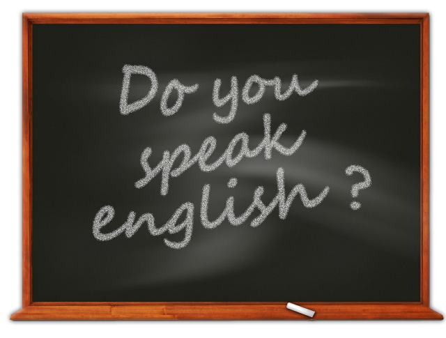 英語を話しますかと書かれている黒板