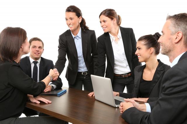 ビジネスで握手をしている人々