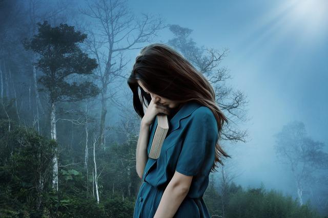 悲しみにくれる女性