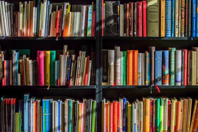 本棚に入っているたくさんの本