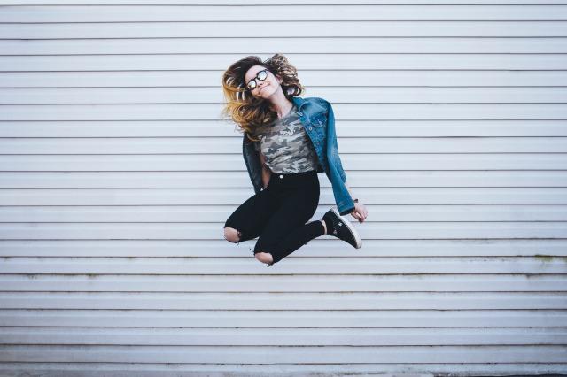 ジャンプして喜びを表す女性