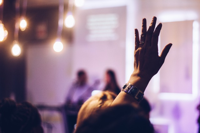 プレゼン中に手を挙げる人
