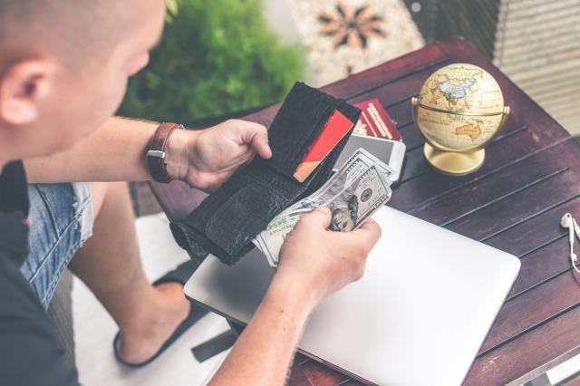 財布をチェックする男性