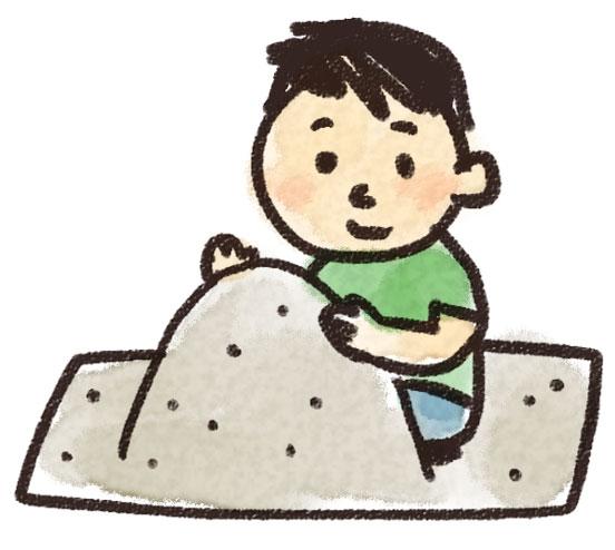 砂場遊びをする男の子