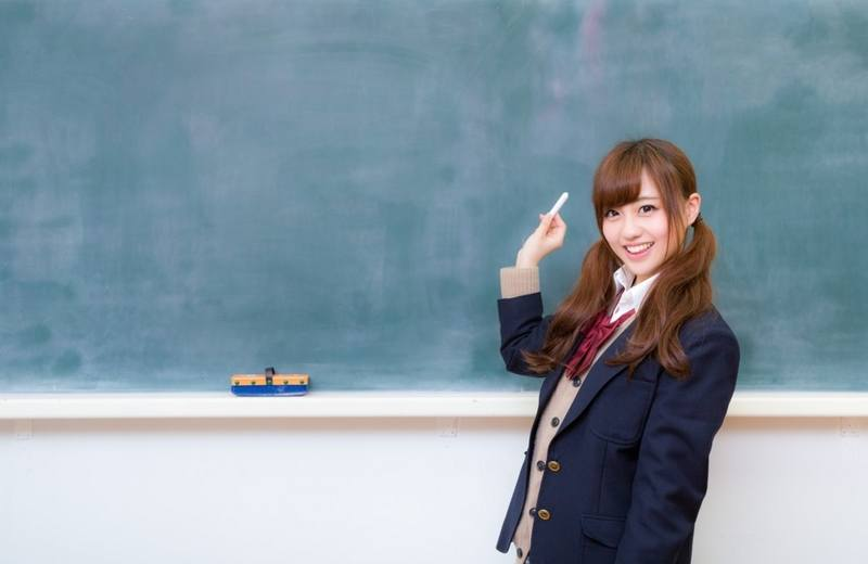 黒板の前に立つ女の子