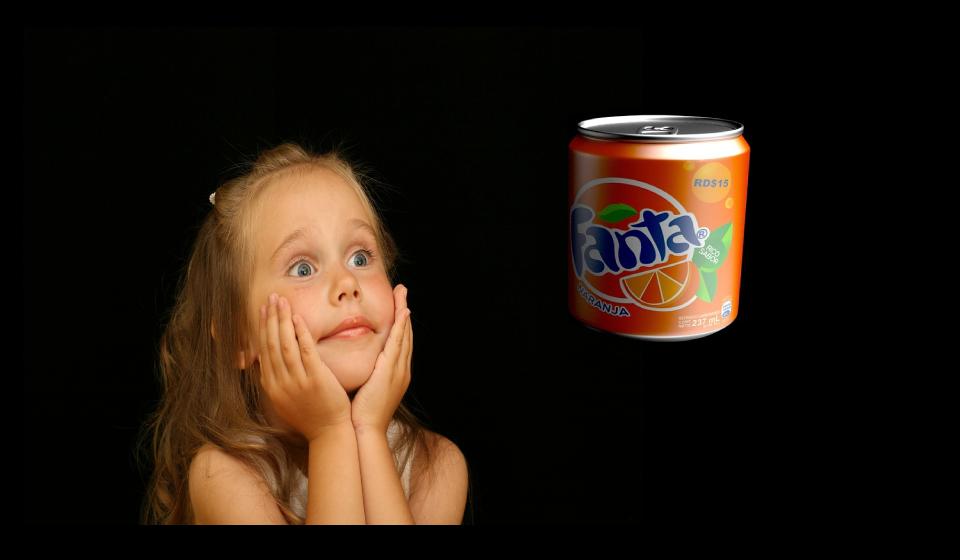 女の子がファンタオレンジを見つめている様子