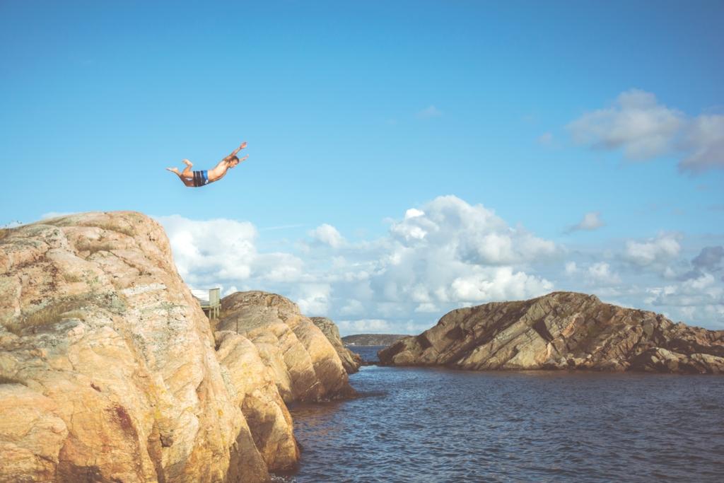 海に飛び込む様子