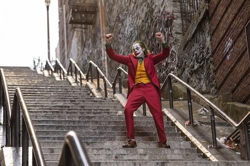 階段で踊るジョーカー