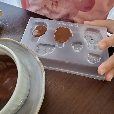 チョコレートを流し込む