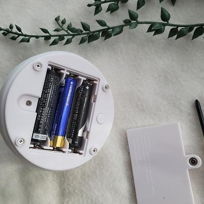 裏から電池を入れる
