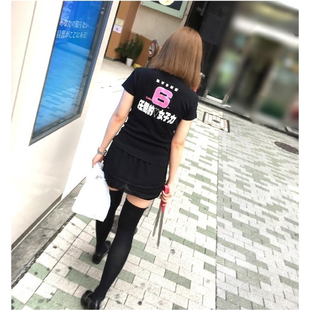 """▲サービスクルーはおそろいの""""圧倒的女子力""""Tシャツでアピールの写真"""