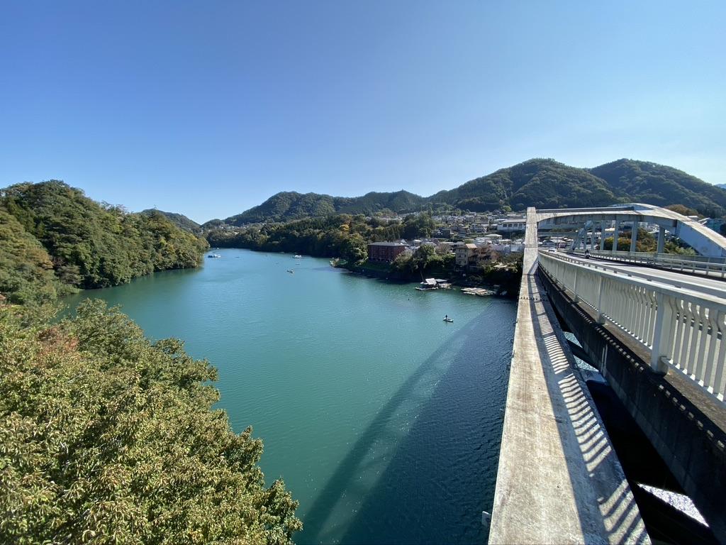 橋から見下ろす相模川の風景