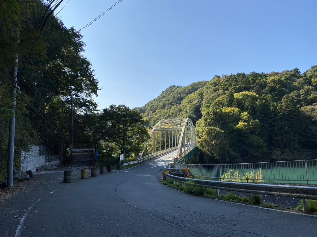 橋の手前の下り坂
