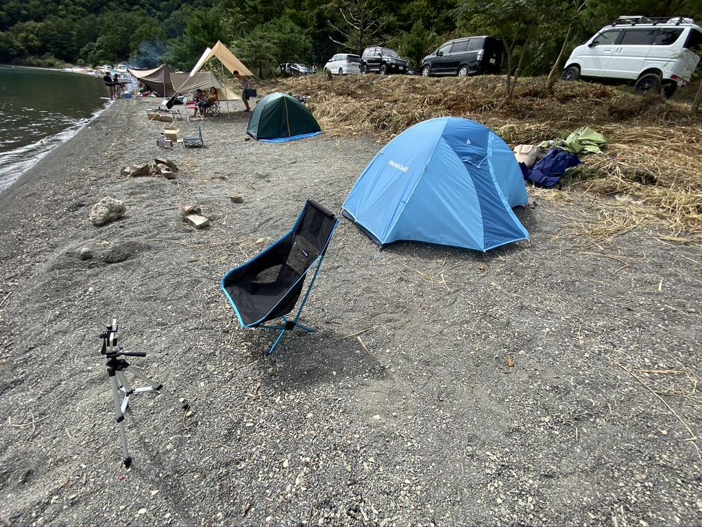 湖畔サイト左側の少し奥にテントを張った