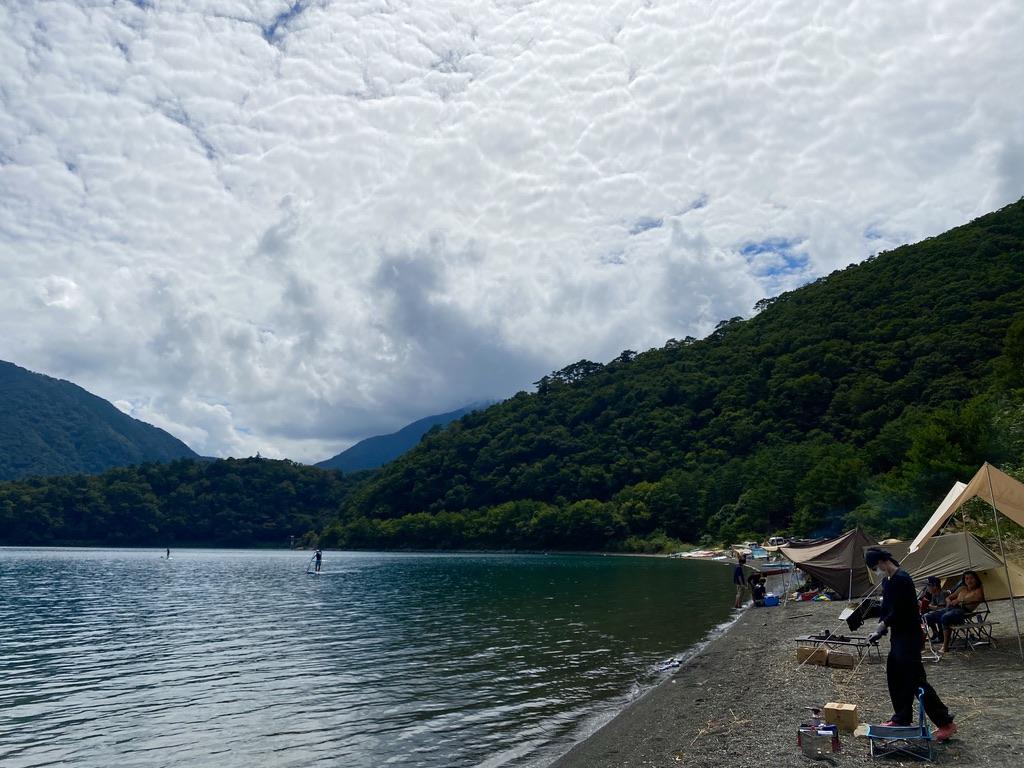 私のテントから見て右の湖畔