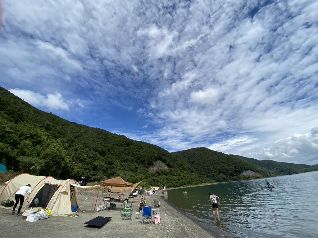 私のテントから見て左の湖畔