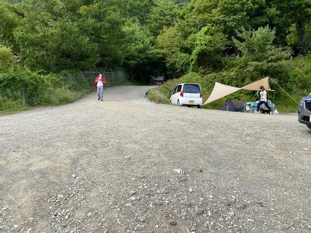 湖畔サイト入口から駐車場の方を向いた時。少し開けています。