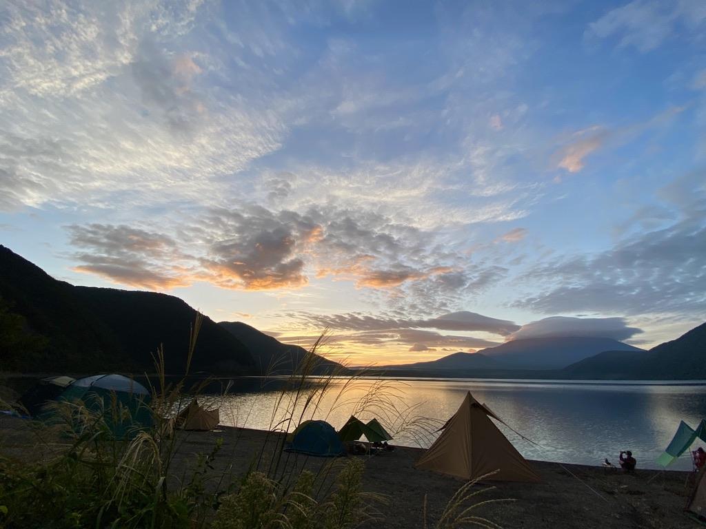 本栖湖と富士山を臨む日の出