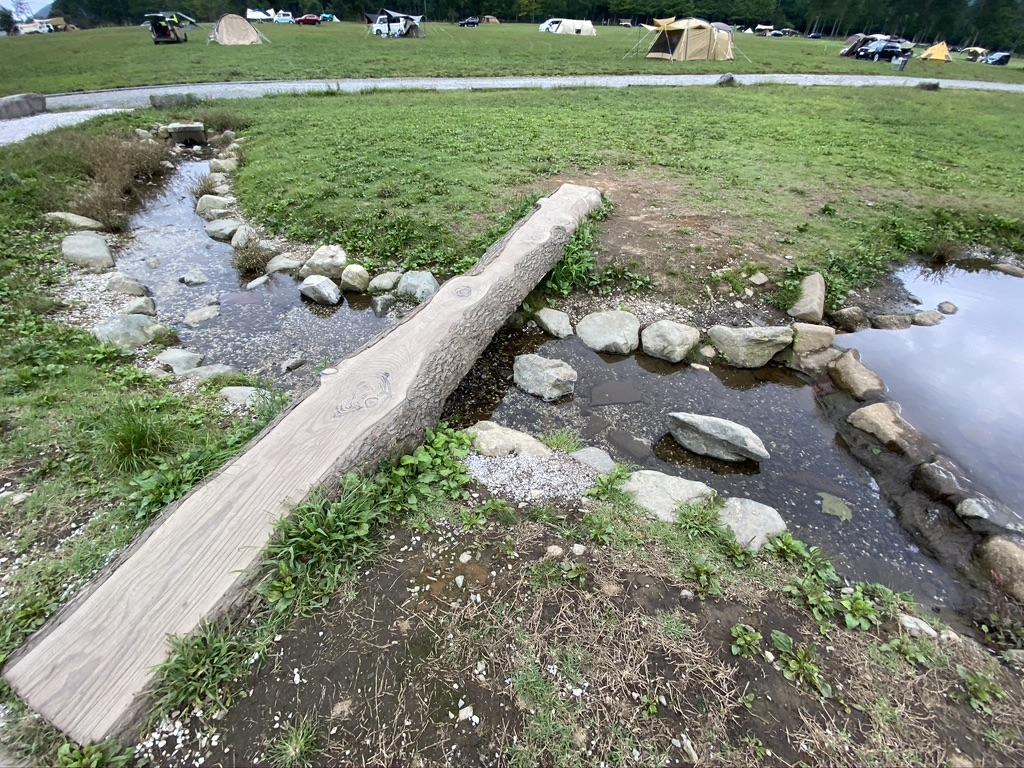 草原中央トイレ裏にあった小川とため池