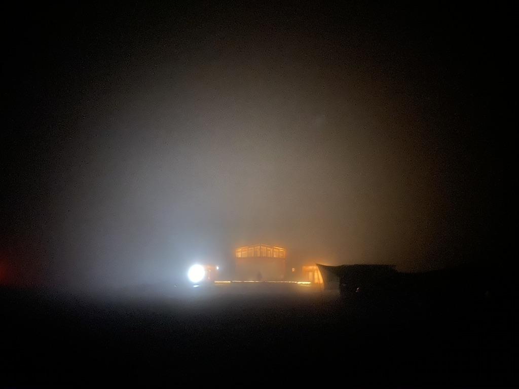 霧に包まれて周囲の視界が悪い