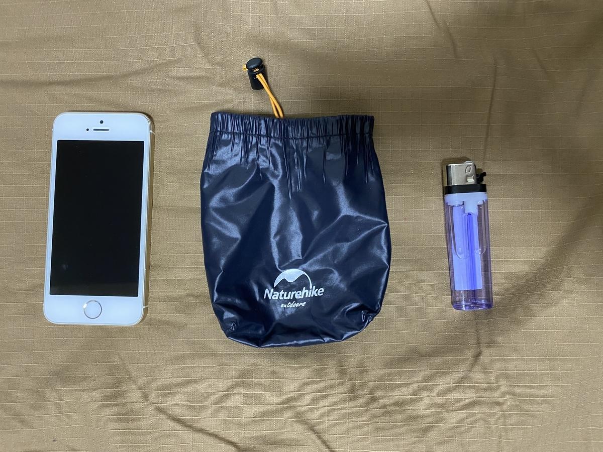 収納袋を iPhoneSE と 100 円ライターと並べてみた