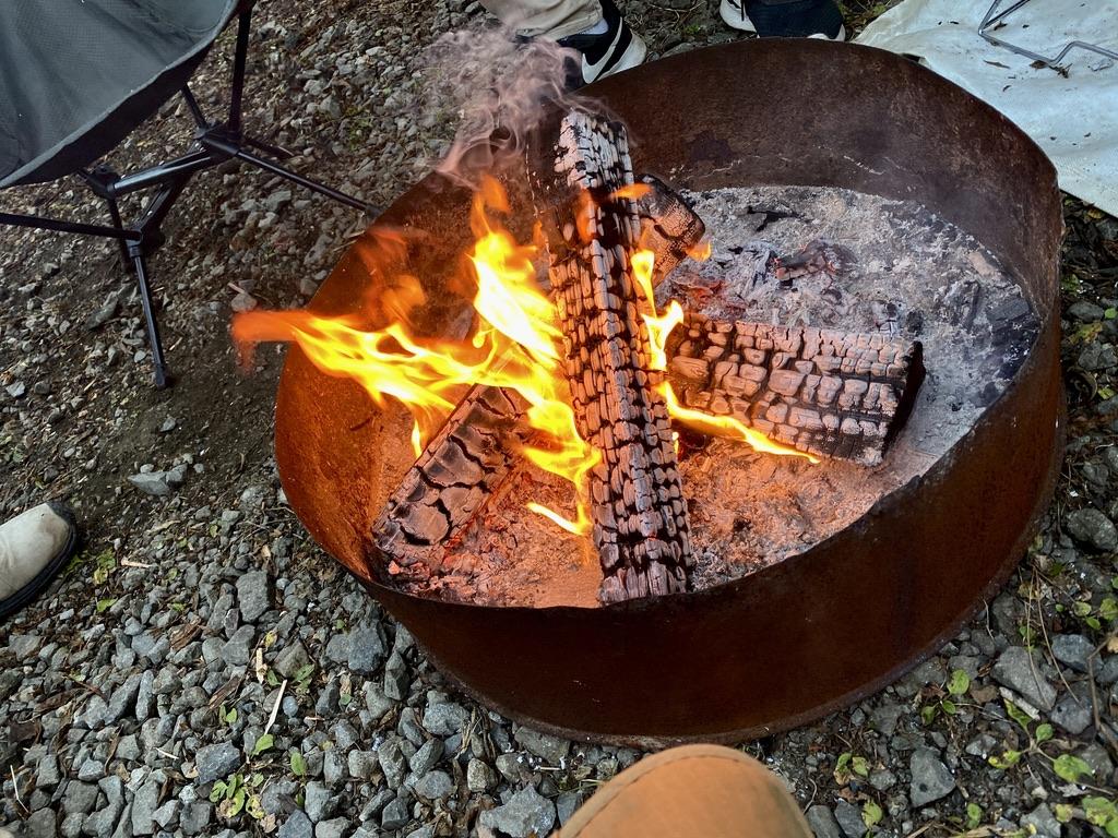 ドラム缶で作られた焚き火台