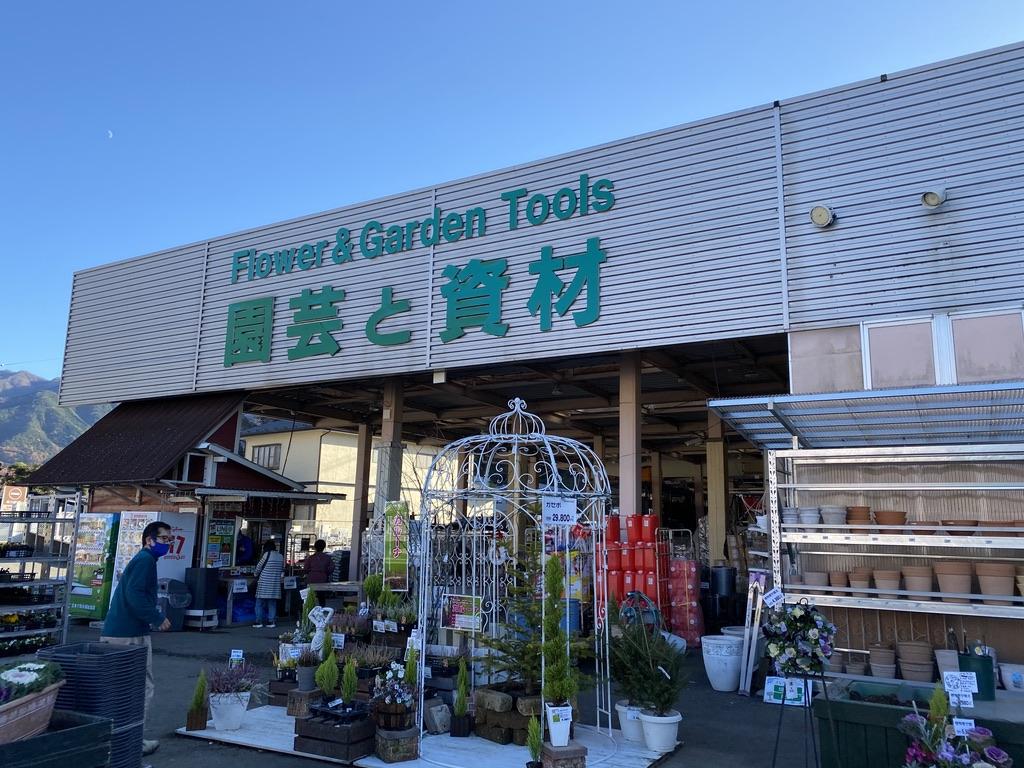 「園芸と資材」と書いてあるところに薪が置いてあります