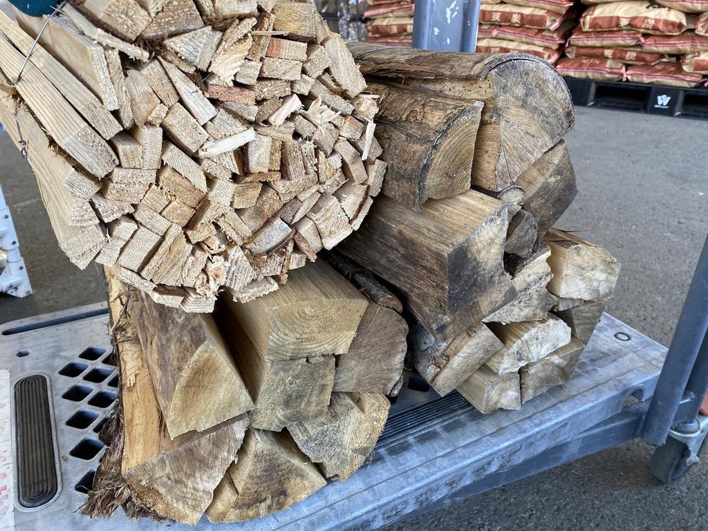 焚付用を1束と、通常の薪を3束