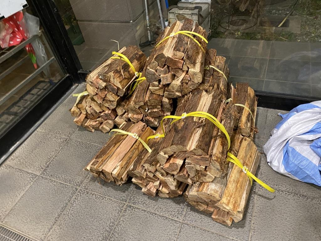 エントランスに置かれた薪の束