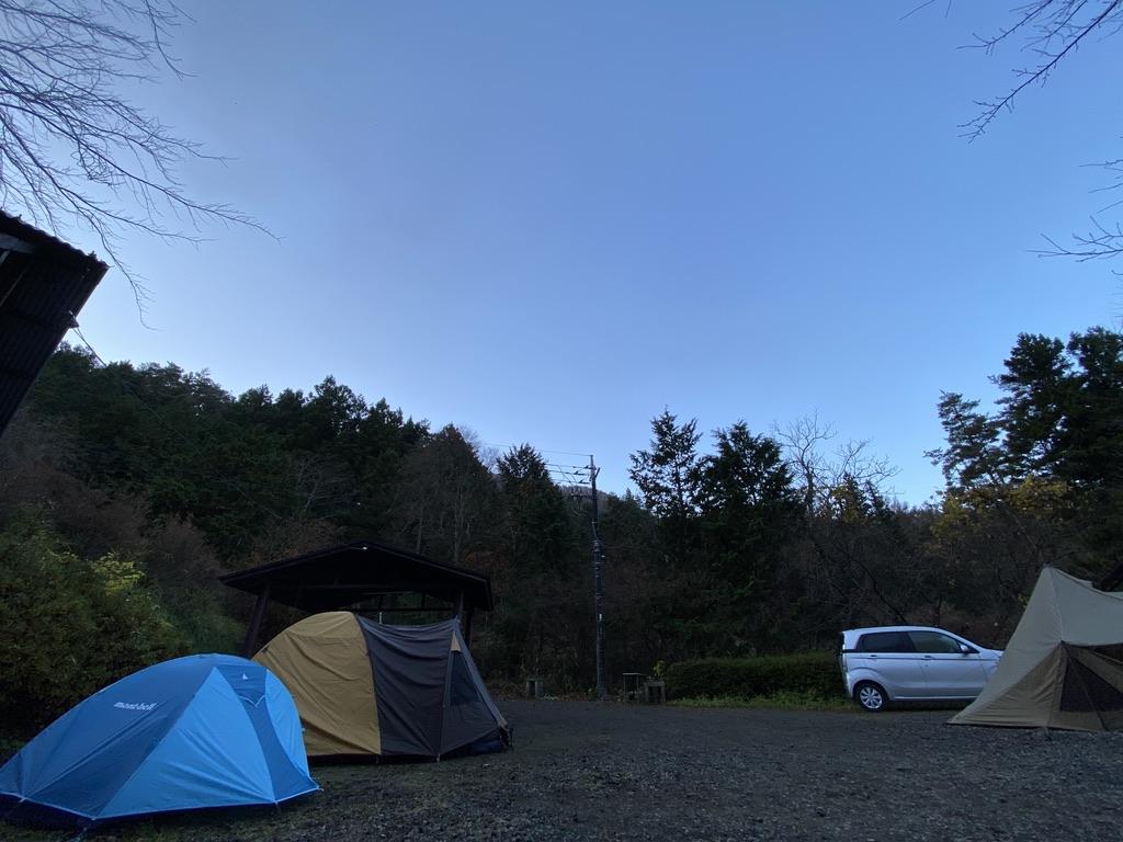 屋根と屋根の間にテント2つ設置できた
