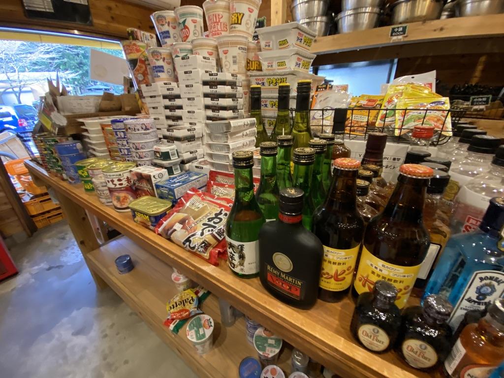 お父さん〜ホッピーやウイスキー、日本酒も置いてまっせー!おつまみ缶詰の種類も豊富