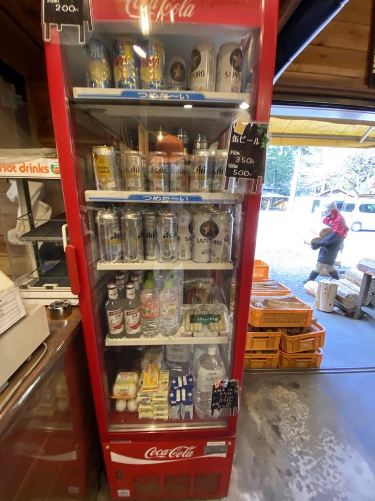 冷えたビール・ハイボールなどのお酒もあるよ。水もあるし卵も売ってます。あとウインナーも冷蔵庫にあったよ。