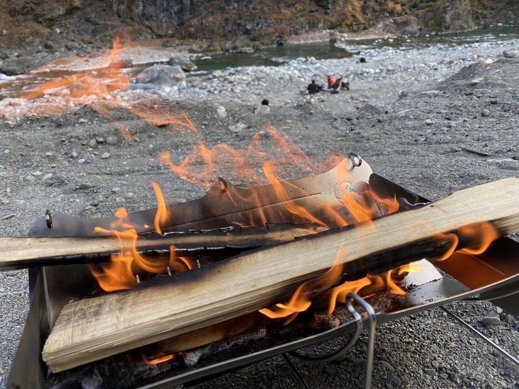 火入れして燃えてきたら大きい薪もいける