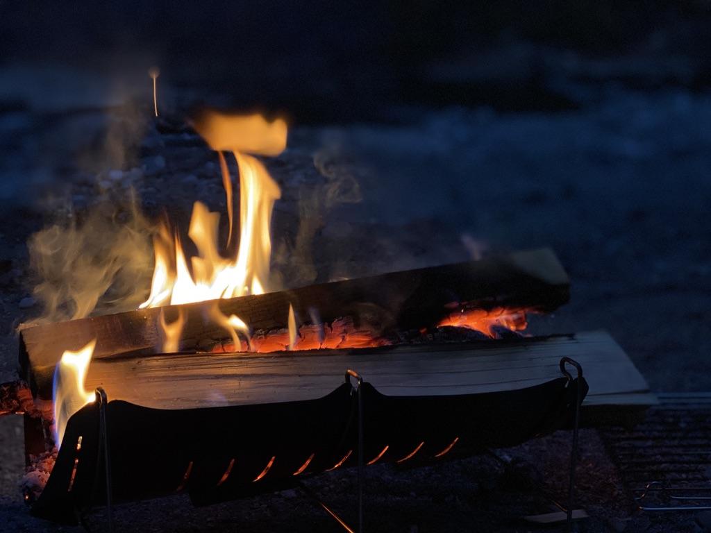 夕暮れ時の焚き火