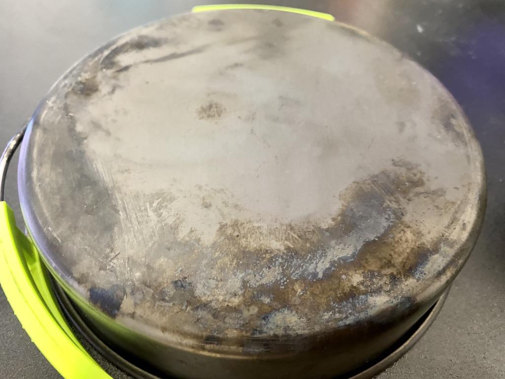 煤で汚れたクッカー