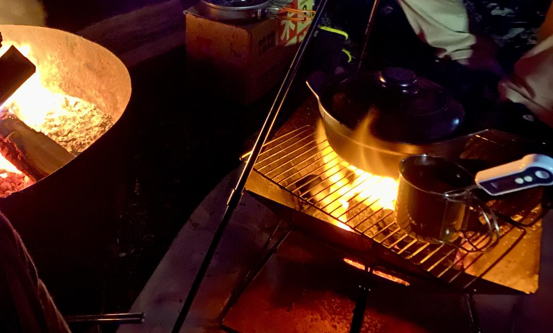 焚き火で鍋やマグを火にかける