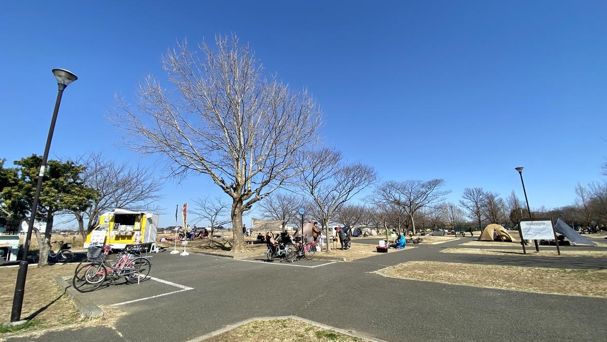 公園内にはテントがたくさん