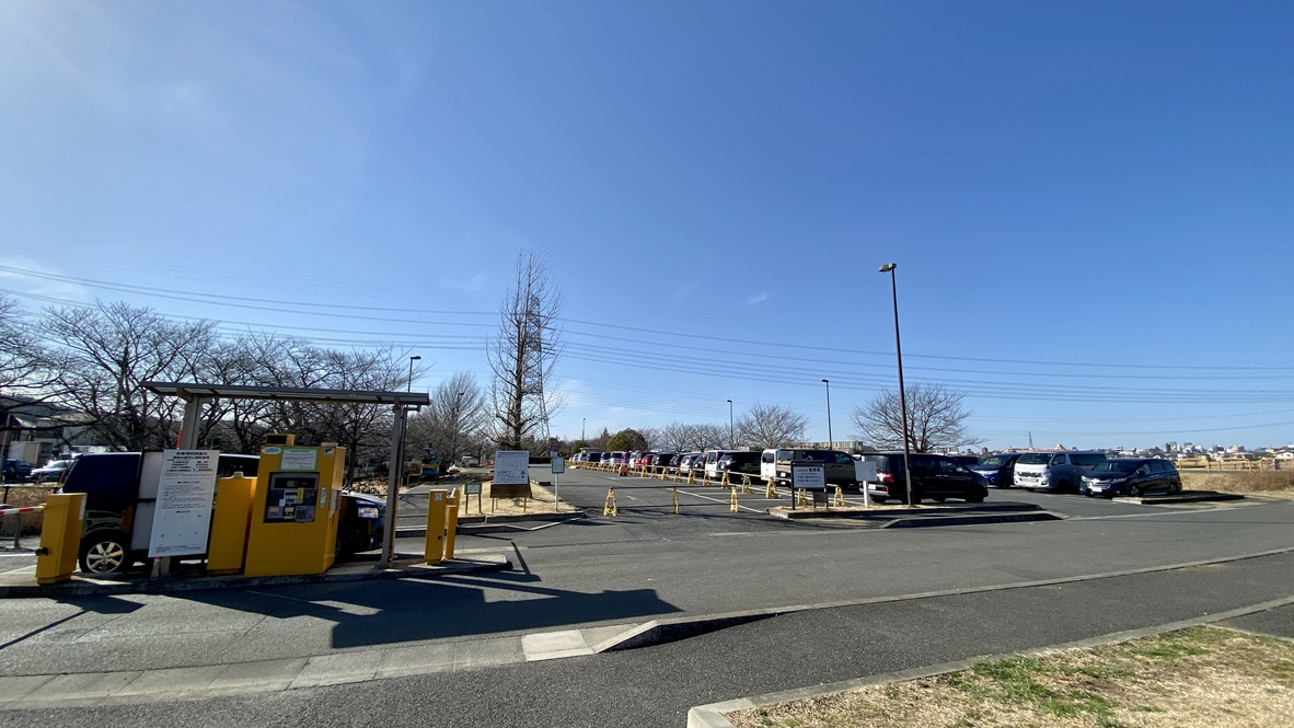 手前側は駐車場の拡張工事中