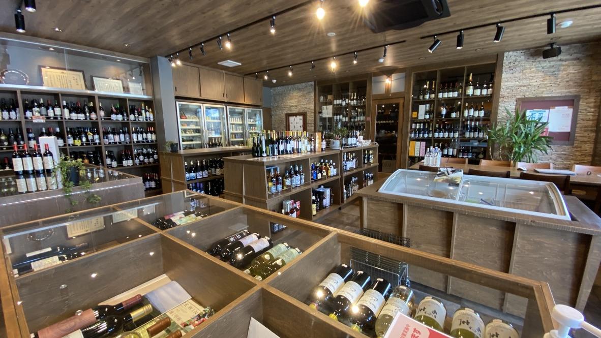店内には甲州ワインをはじめ多数のワインを取り揃えている