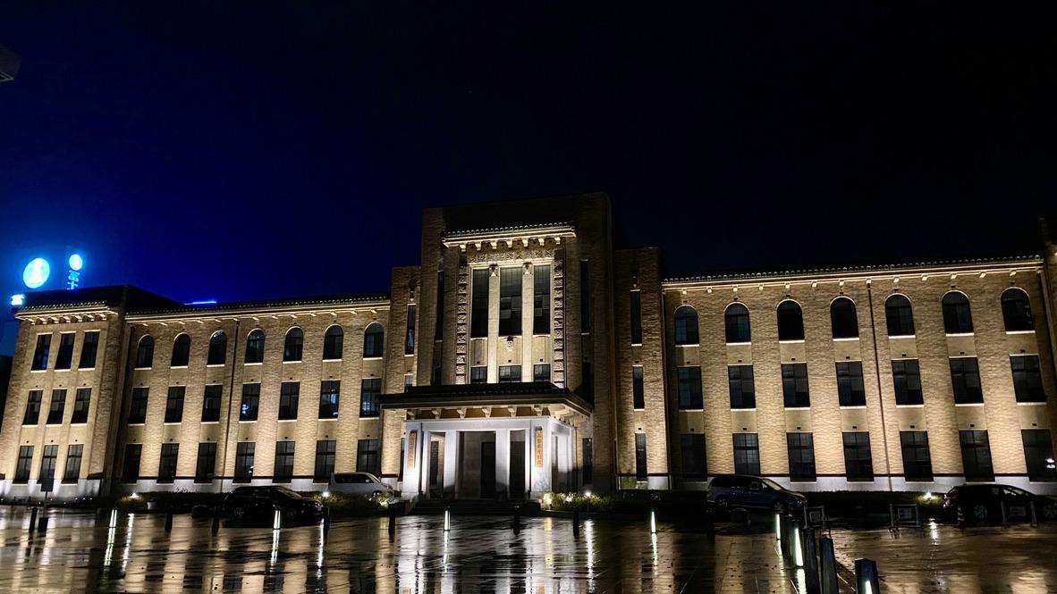 ライトアップされた山梨県議会議事堂