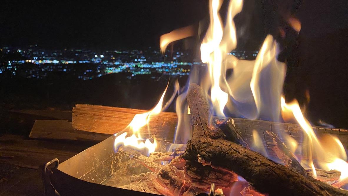焚き火と夜景は最高の組み合わせ